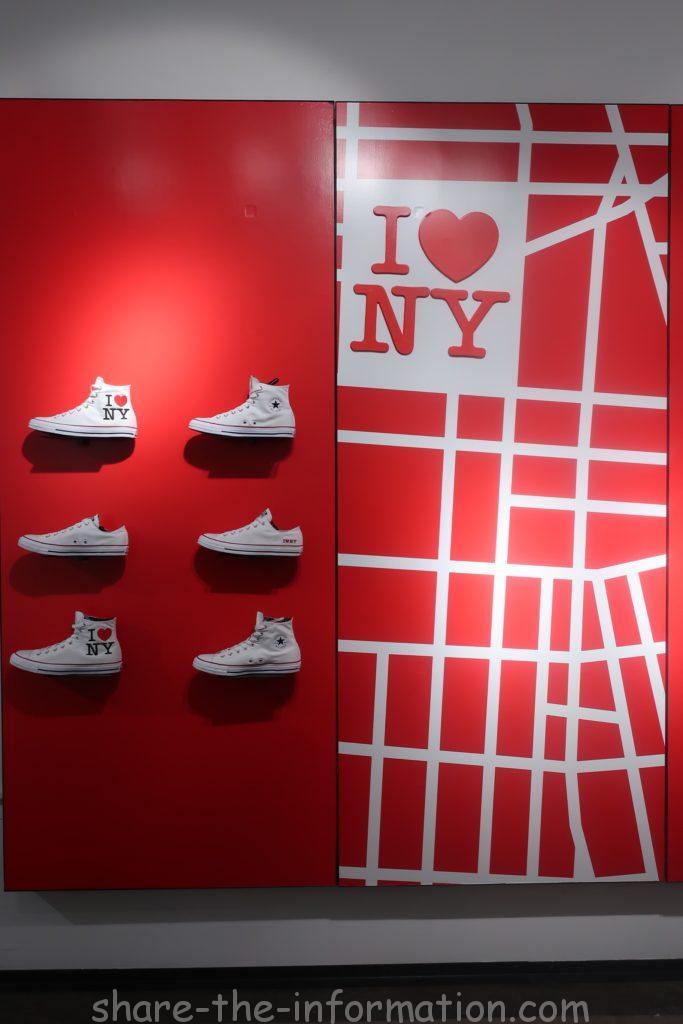 コンバースのフラッグシップストアのニューヨーク限定のお土産のいっぱいのスニーカー