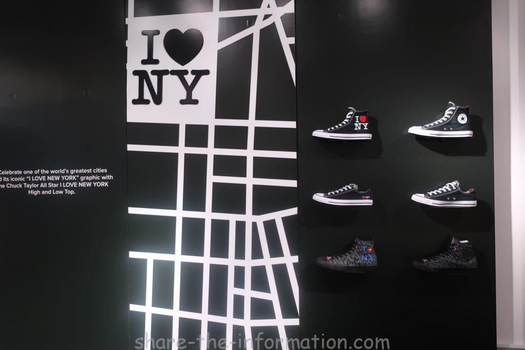 コンバースのフラッグシップストアのニューヨーク限定のお土産のいっぱいの黒のスニーカー